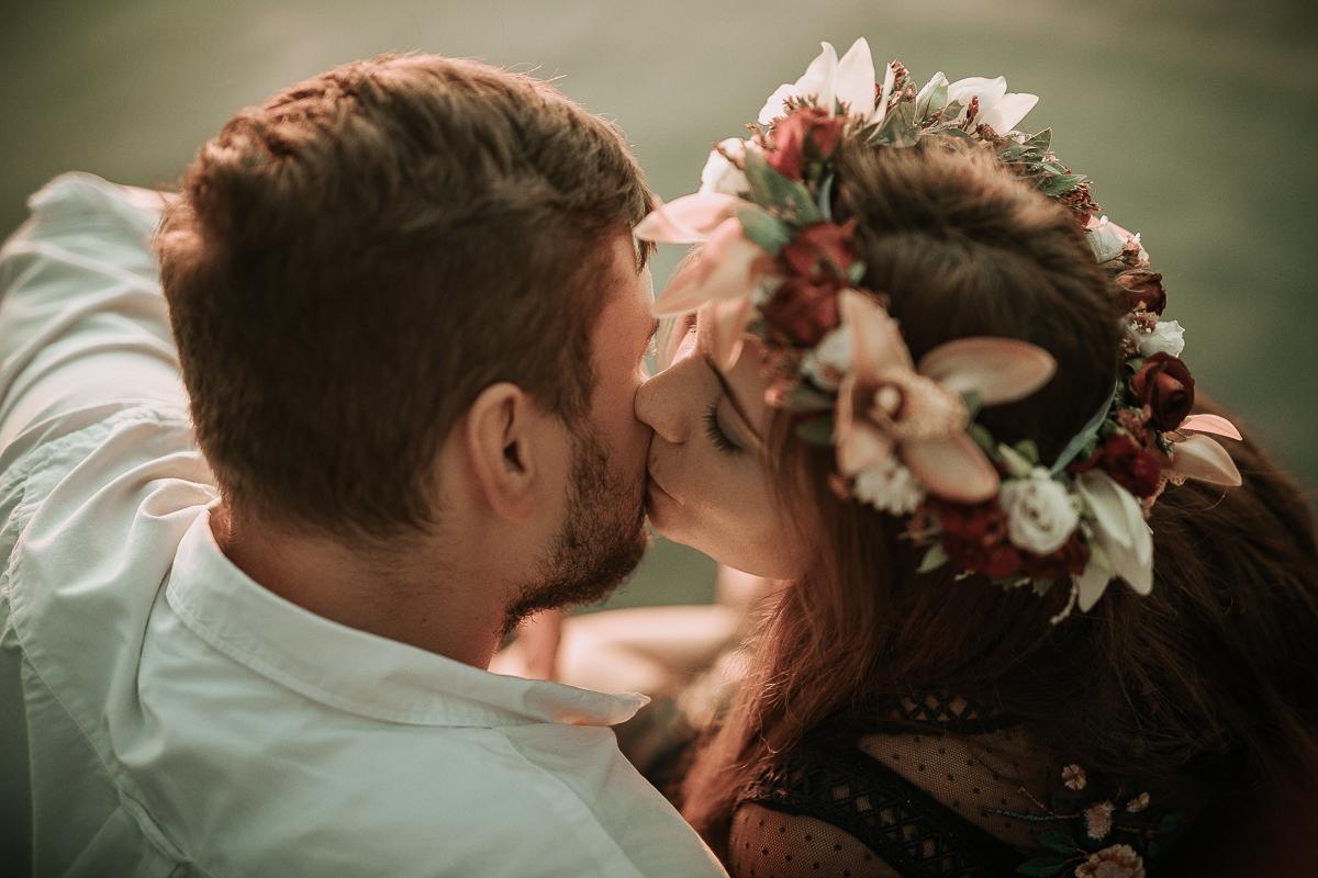 Pocałunek zakochanych narzeczonych nad jeziorem