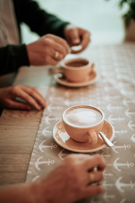 dwie filiżanki za stole w kawiarni plankton sesja narzeczeńska