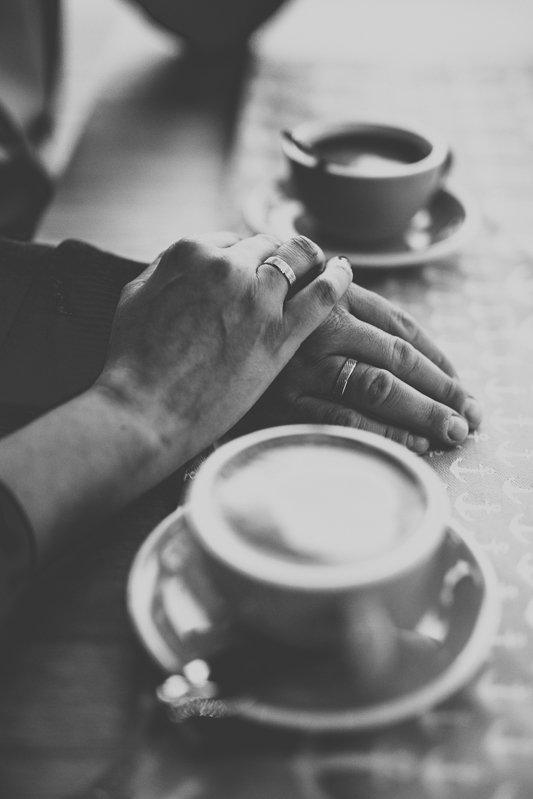 filiżanki z kawą w kawiarni plankton i dwie dłonie na sotle