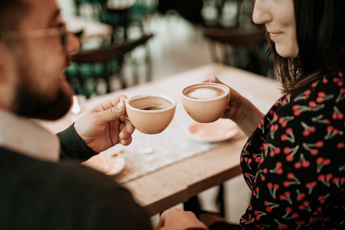 para w kawiarni plankton pije kawę przy stoliku nad jeziorem ukiel