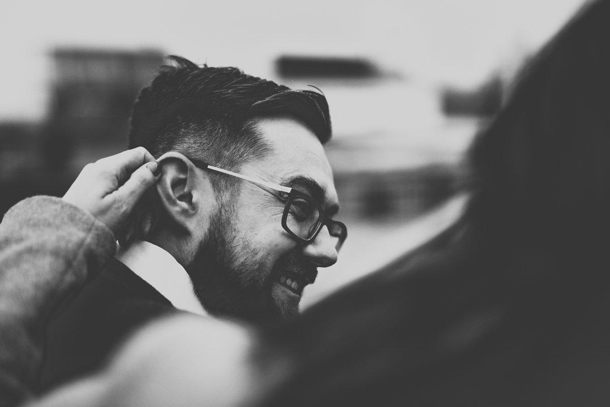 kobieta drapie mężczyznę po uchu sesja narzeczeńska