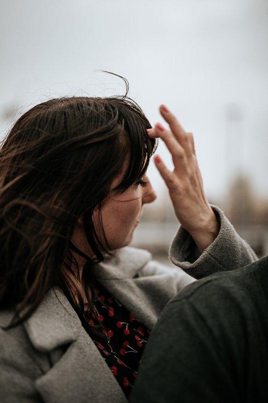kobieta poprawia włosy sesja narzeczeńska