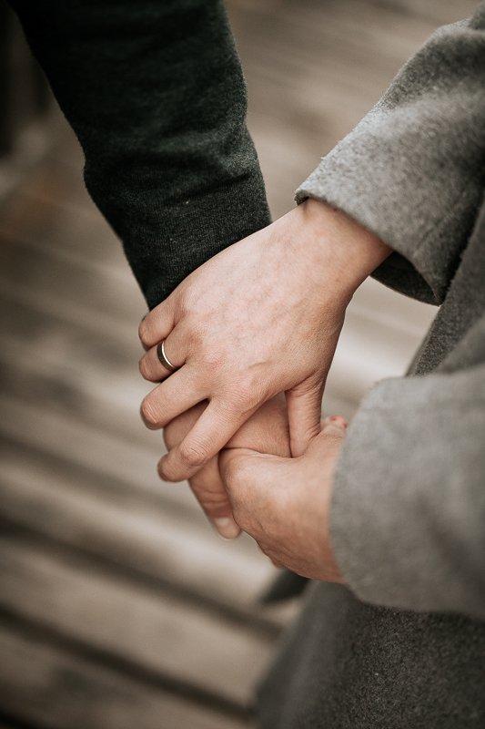 kobieta trzyma meżczyznę za rękę