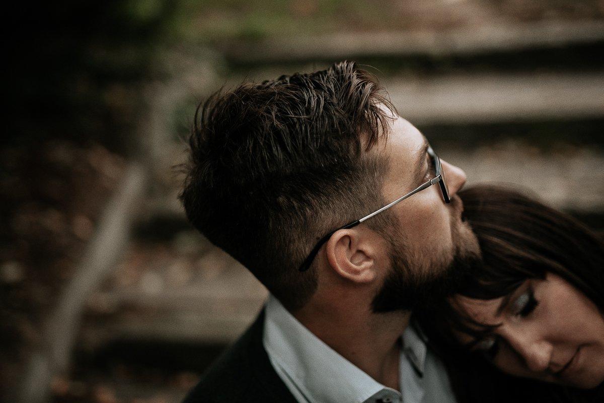 kobnieta opiera głowę na ramieniu mężczyzny sesja narzeczeńska
