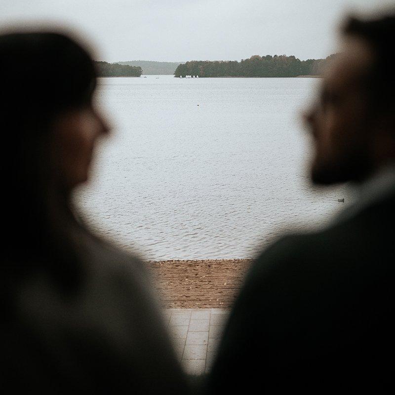 para zakochanych nad jeziorem Ukiel siedzi na pomoście sesja narzeczeńska