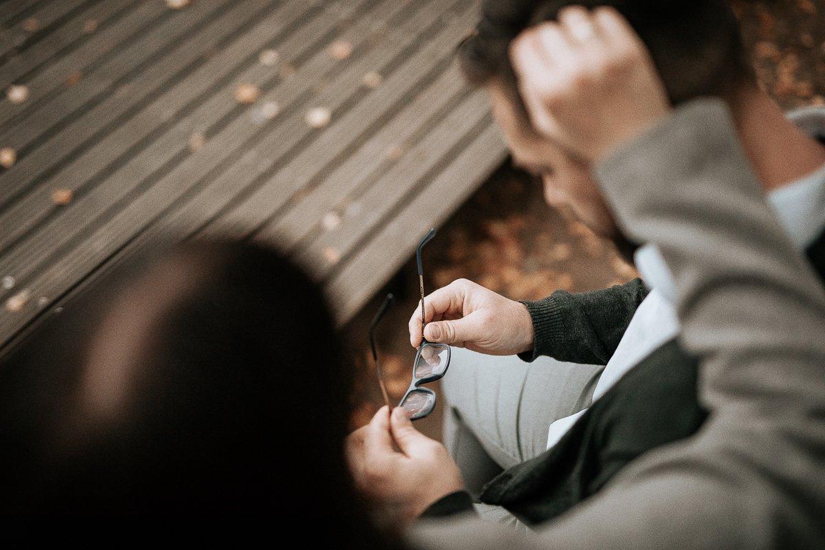 para zakochanych nad jeziorem siedząc na pomoście