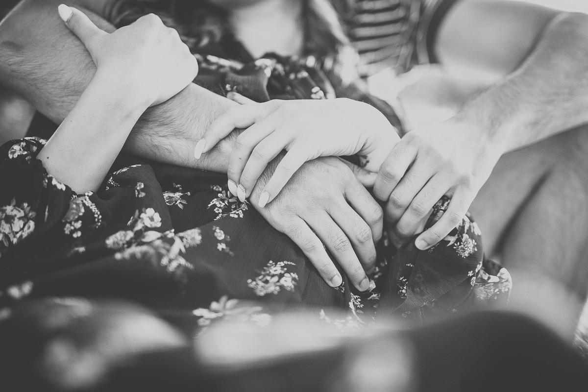 Splecione dłonie i ramiona zakochanej pary.