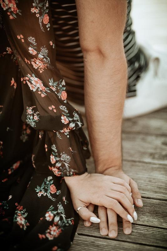Kobieca dłoń lezy na męskiej