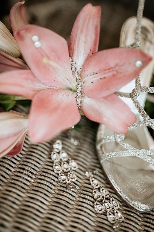 Biżuteria ślubna i kwiaty