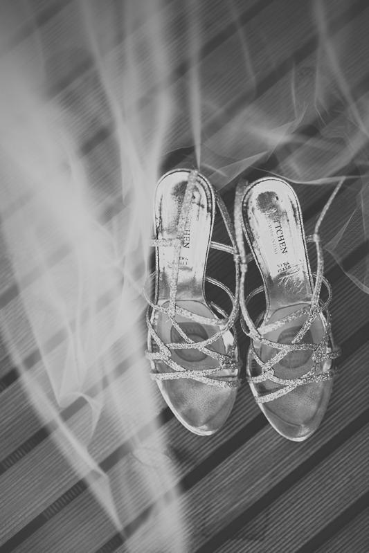 Buty ślubne widziane z góry na podłożu z desek