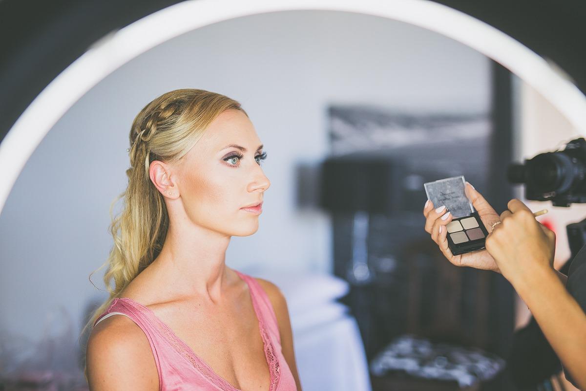 Panna młoda podczas makijażu ślubnego