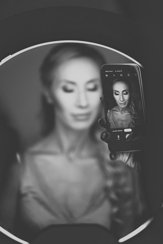 Makijaż panny młodej widoczny w telefonie komórkowym