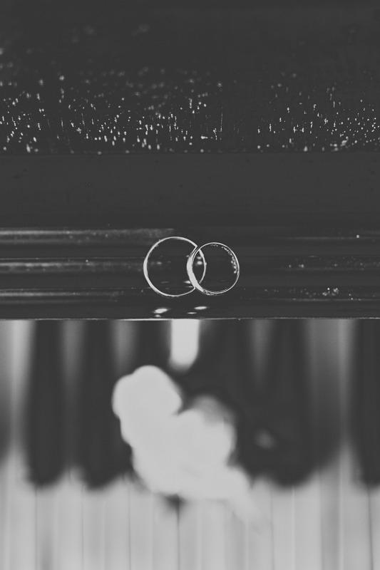 Obrączki ślubne leżące na pianinie widziane z góry