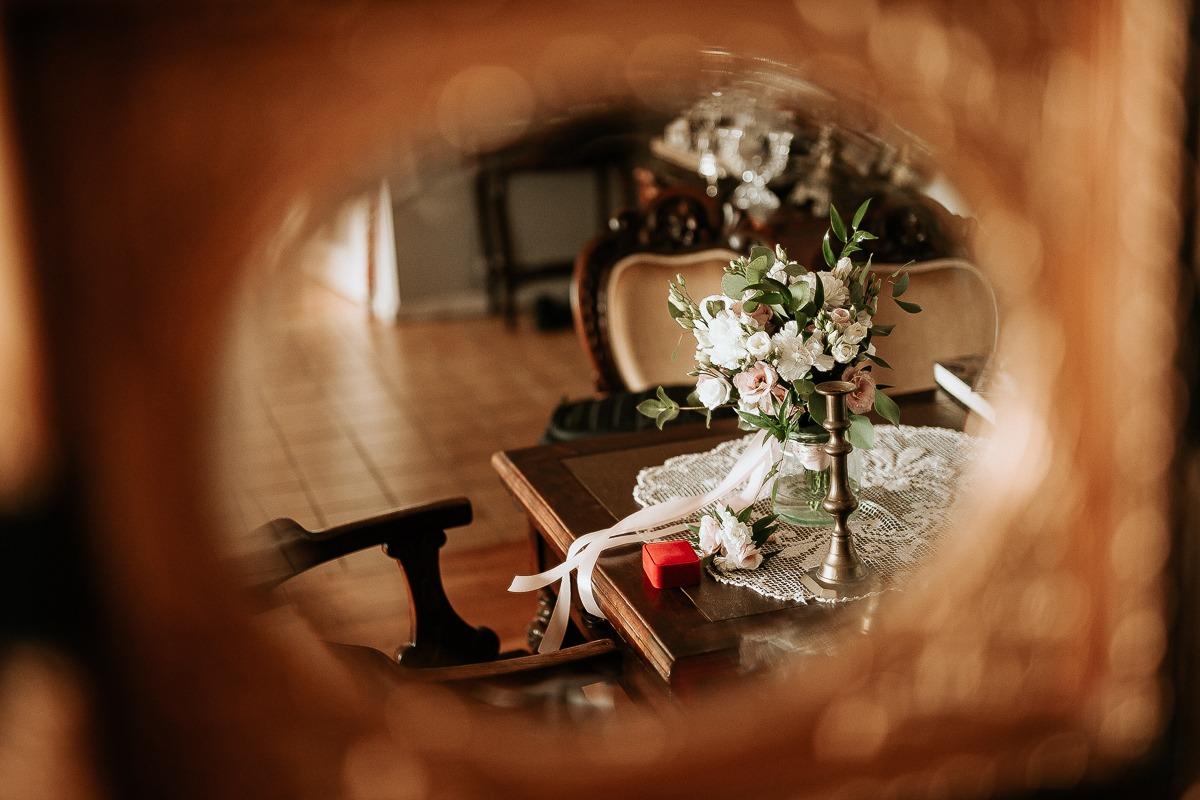 Ślubny bukiet kwiatów widziany w odbiciu w lustrze.