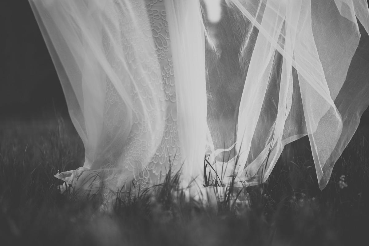Artystycznie wyglądający tren i suknia ślubna