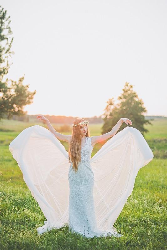 Panna młoda w sukni ślubnej z salonu Arianne puszczająca tren