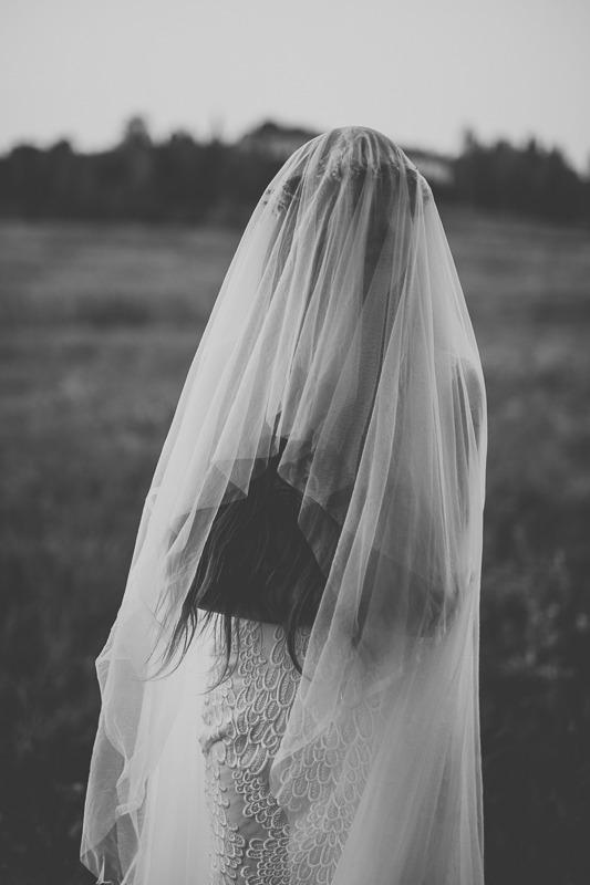 Panna młoda w sukni ślubnej z salonu Arianne z narzuconym na twarz welonem