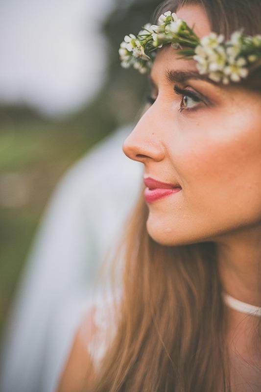 Panna młoda z makijażem ślubnym i wianku z polnych kwiatów