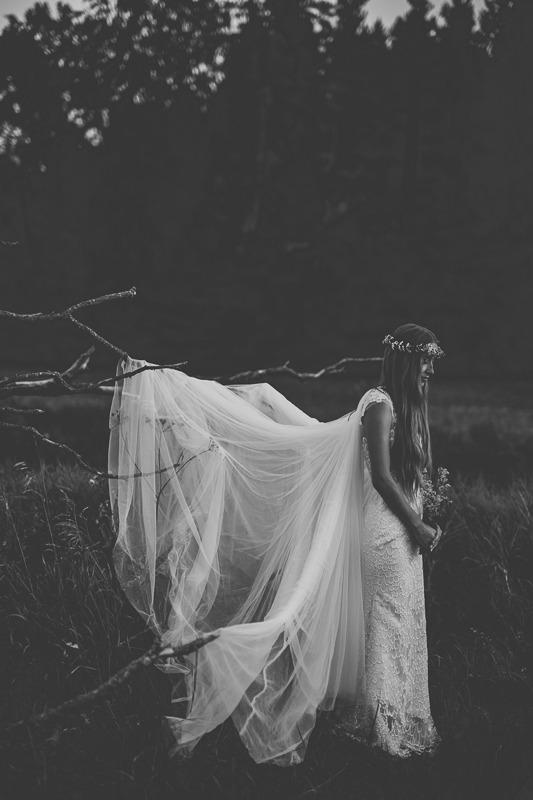 Panna młoda w sukni ślubnej z salonu Arianne z długim welonem
